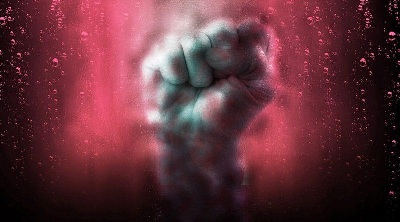 Gegen Pkw-Fenster geschlagen, gespuckt und beleidigt